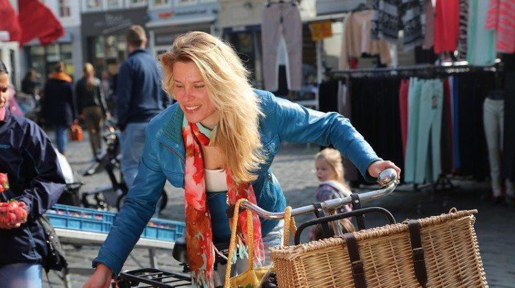 Coole dames rijden op een transportfiets
