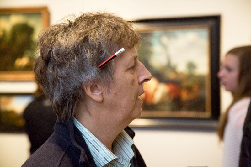 De nieuwe campagne #hierteekenen van het Rijksmuseum in Amsterdam nodigt uit om te tekenen in het museum in plaats van je smartphone te gebruiken. Love it! ♡ Steek je potlood achter je oor.| Trendbubbles.nl