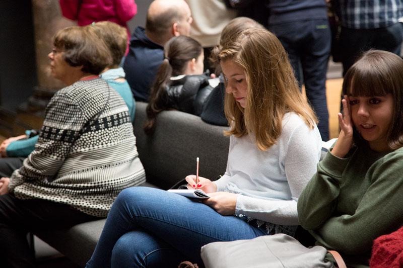De nieuwe campagne #hierteekenen van het Rijksmuseum in Amsterdam nodigt uit om te tekenen in het museum in plaats van je smartphone te gebruiken. Love it! ♡ | Trendbubbles.nl