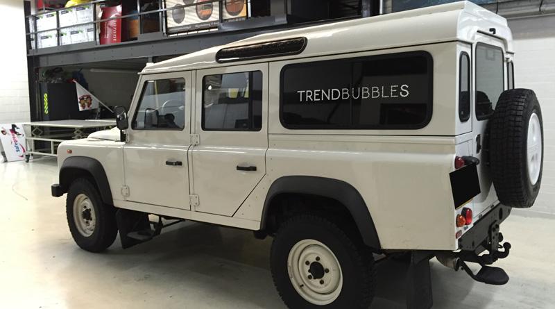 We gaan rijden in een Defender met daktent   trendbububbles.nl