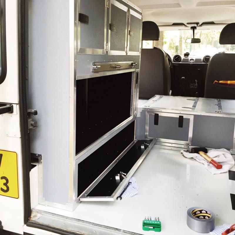 Interieur Landrover Defender omgebouwd tot camper | trendbubbles.nl