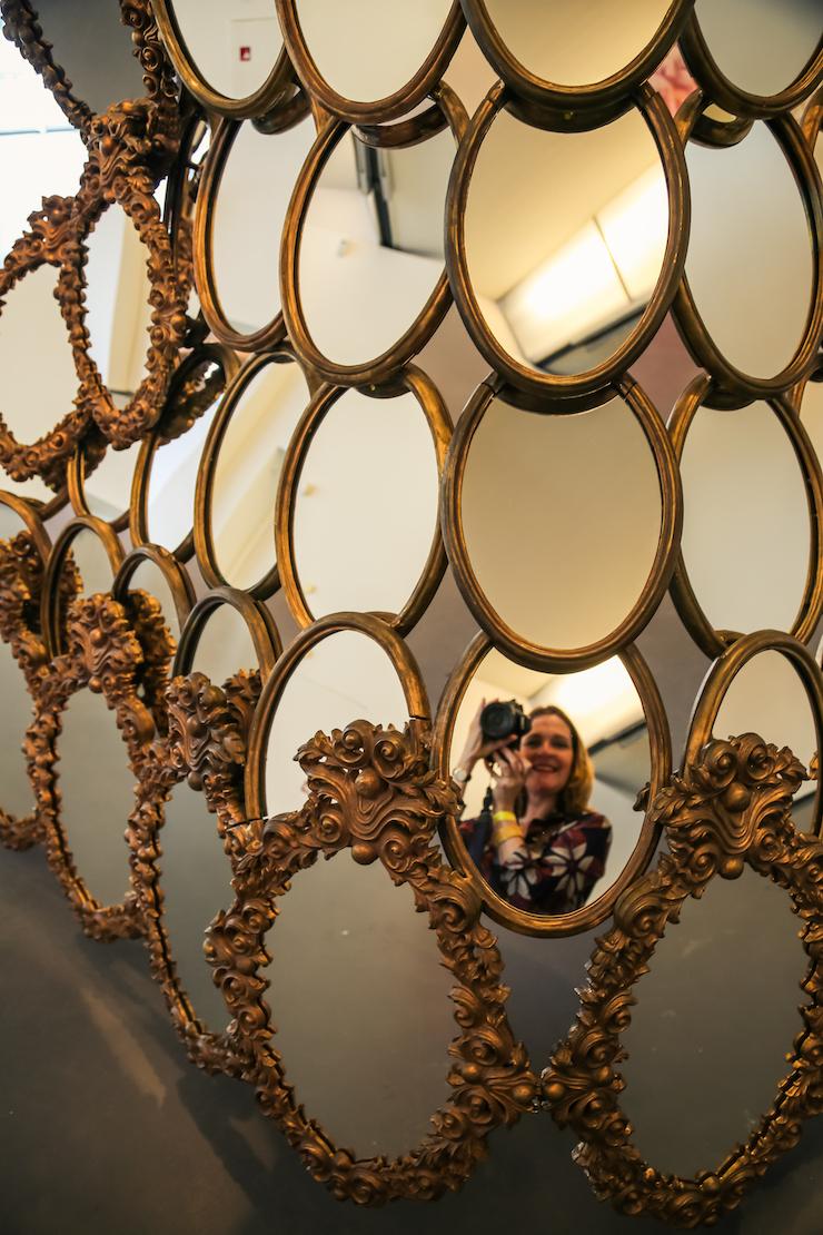 Joana Vasconcelos, I'm your mirror. Je kunt op één of andere manier altijd wel je spiegelbeeld herkennen in zo'n grote en enorme installatie.