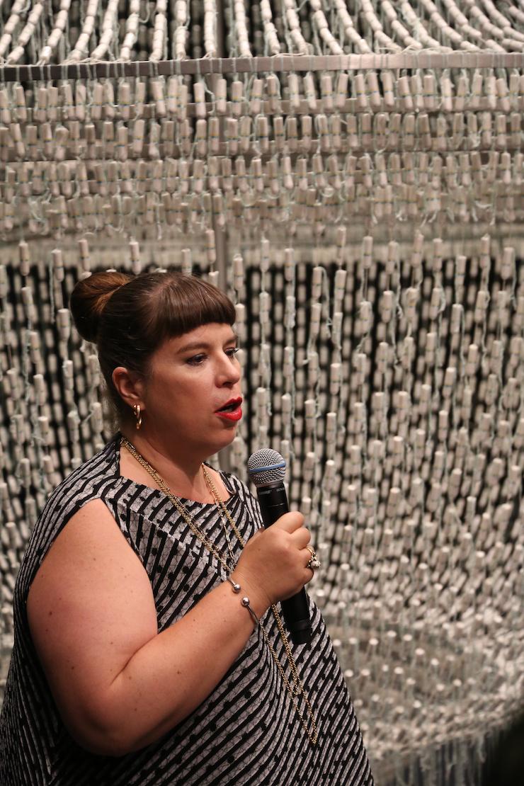 Joana Vasconcelos, The Bride, 2001 - 2005, een kroonluchter gemaakt van 14.000 OB-tampons