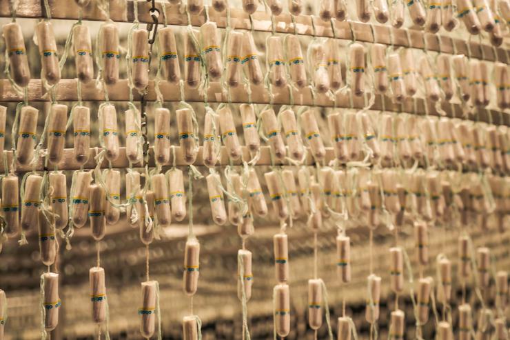 The Bride, 2001 - 2005, een kroonluchter gemaakt van 14.000 OB-tampons